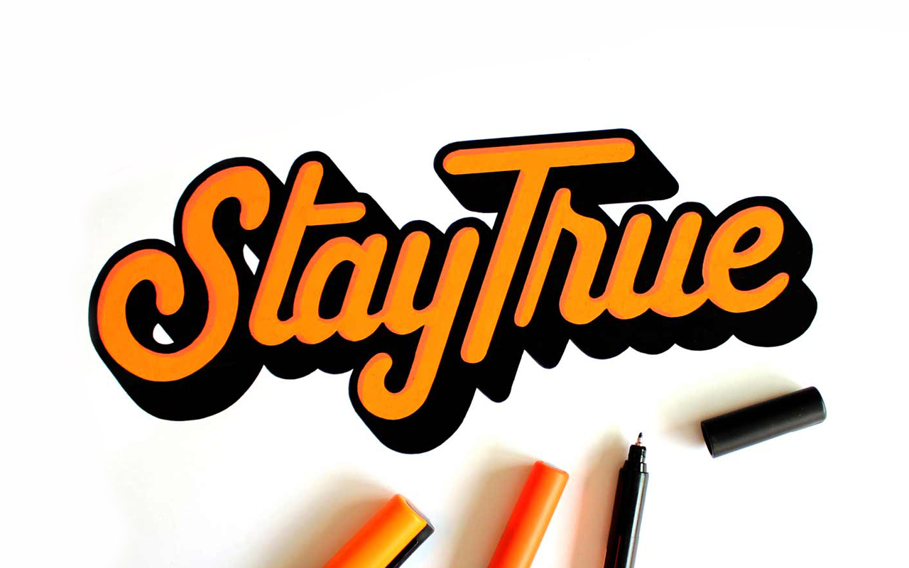 <span>STAY TRUE</span><i>→</i>